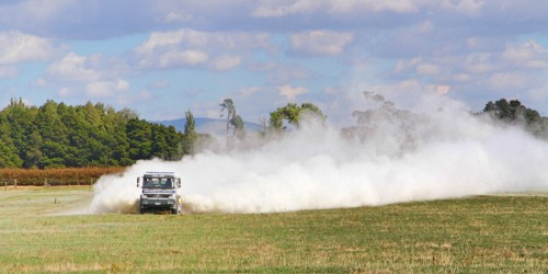 Seorang petani menebar kapur di atas lahannya, wilayah Waikato, Selandia Baru. Penelitian di wilayah itu menunjukkan bahwa pertanian intensif mengarah pada kondisi tumpahan unsur hara berlebihan. Brian NZ
