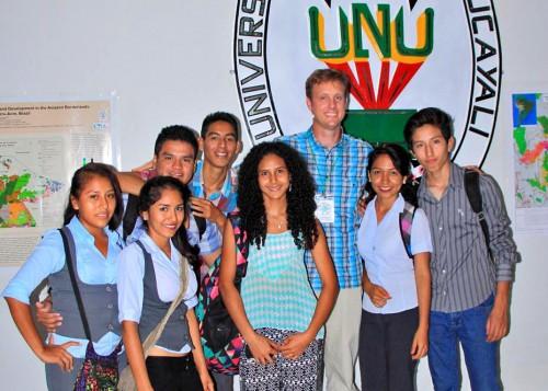 David Salisbury de la Universidad de Richmond junto a un grupo de alumnos de Pucallpa beneficiados del programa HED. Foto: Juan Carlos Huayllapuma Cruz/CIFOR.