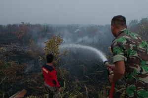 Military troops help to extinguish peat fires in Indonesia. Photo by Aulia Erlangga/ CIFOR