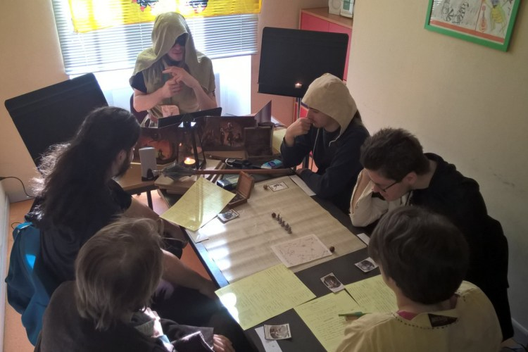 Les joueurs concentrés lors d'un jeu de rôle aux Jeux du Rohan