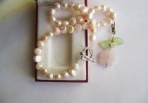 https://www.etsy.com/ca/listing/270199586/pink-pearl-necklace-rose-quartz-pendant?