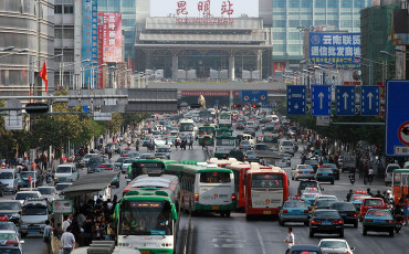 1024px-Train_Station_Kunming_Yunnan_China_2008-1-370×230
