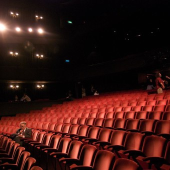 1024px-Richard_in_an_empty_theater-340×340
