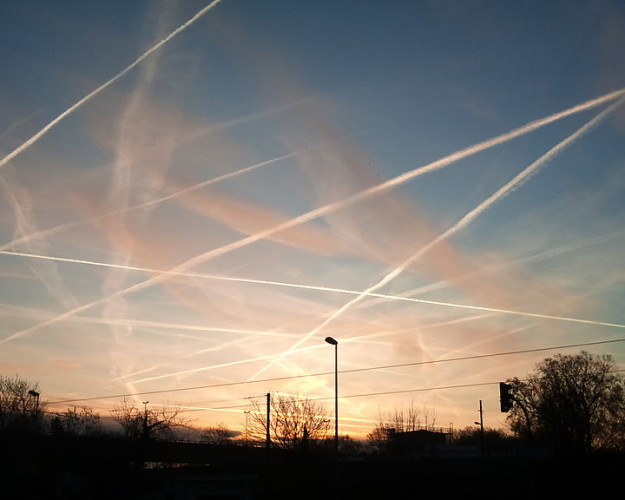 Contrails_near_Frankfurt_Germany_2012-625×500