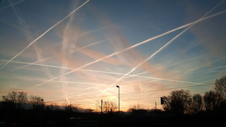 Contrails_near_Frankfurt_Germany_2012-768×432
