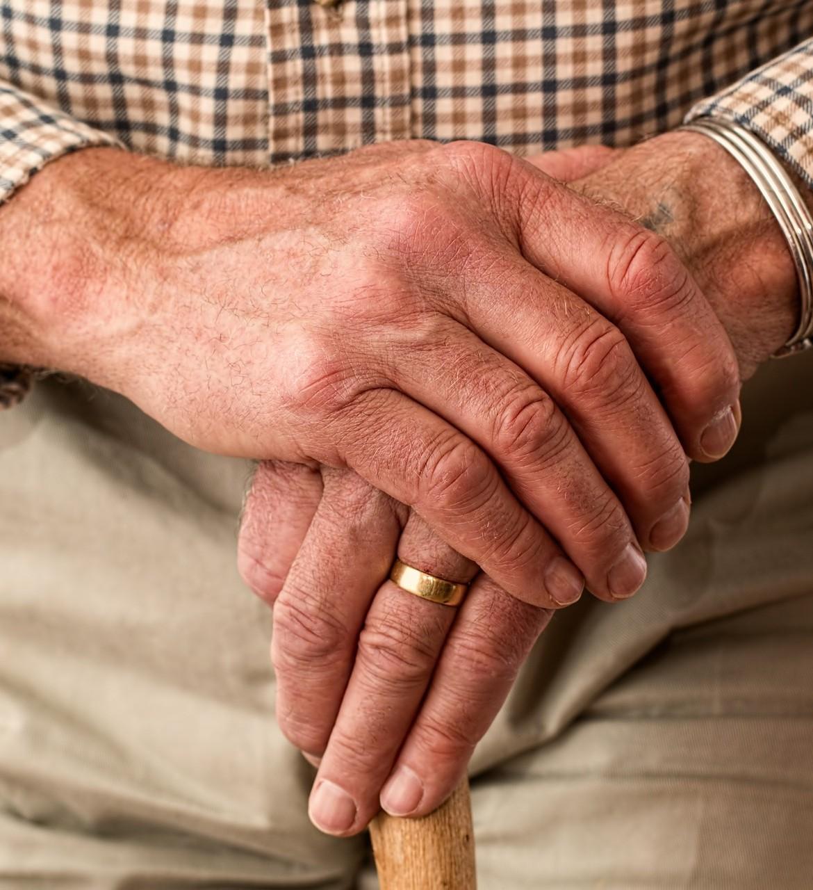 hands-981400_1920-1170×1280