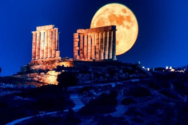 Πανσέληνος:-Μαγικές-εικόνες-από-το-«Φεγγάρι-της-Φράουλας»