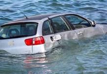 Περίεργο-περιστατικό-στο-Λαύριο-–-Αυτοκίνητο-βρέθηκε-στη-θάλασσα!