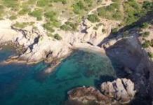 Η-παραλία-με-το-αστείο-όνομα-που-είναι-ένας-«κρυφός-παράδεισος»-και-απέχει-μόλις-1-ώρα-από-το-κέντρο-της-Αθήνας!