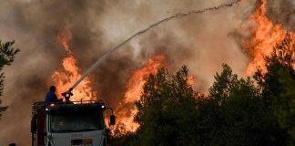 Κόλαση-πυρός-στην-Αττική:-Αναζωπύρωση-στη-Βαρυμπόμπη-Καίγεται-το-Πευκόφυτο-Στις-φλόγες-το-Ποικίλο-Όρος