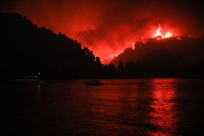 Φωτιά-στην-Εύβοια:-Εφιάλτης-χωρίς-τέλος-–-Μαίνεται-ανεξέλεγκτη-η-πυργαγιά