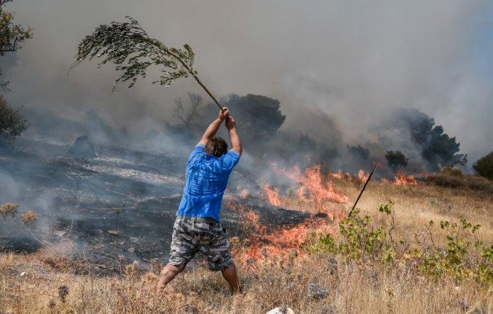 Μάχες-με-τις-φλόγες-στην-Αττική:-Εκτός-ελέγχου-η-φωτιά-στα-Βίλια-–-Εκκενώνεται-ο-οικισμός-Βενίζα-–-Πολλές-εστίες-στην-Κερατέα