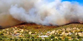Πυρκαγιά-στην-Κερατέα:-«Πολιορκεί»-τον-οικισμό-Συντερίνα-–-Αγωνία-για-τον-εθνικό-δρυμό-Σουνίου