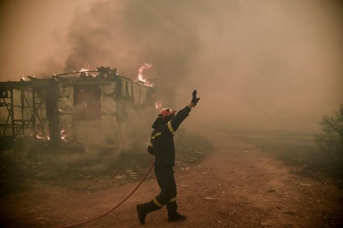 Καίγονται-σπίτια-στα-Βίλια-–-Δραματική-η-κατάσταση,-εκτός-ελέγχου-η-πυρκαγιά