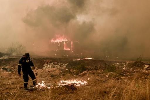 Φωτιά-στα-Βίλια:-Σε-ετοιμότητα-εκκένωσης-βρίσκονται-οι-κάτοικοι-–-Μάχη-να-μη-φτάσουν-οι-φλόγες-στον…
