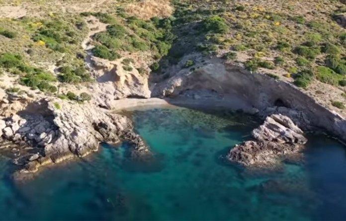 Μαγευτικές-βουτιές-σε-παραλίες-της-Αττικής:-Ο-κολπίσκος-χωρίς-πολλή-φασαρία