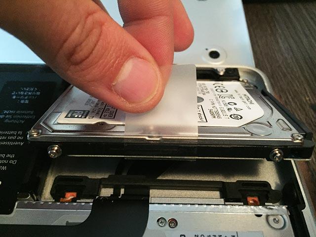 Lengüeta para retirar el disco duro de fábrica del McBook Pro