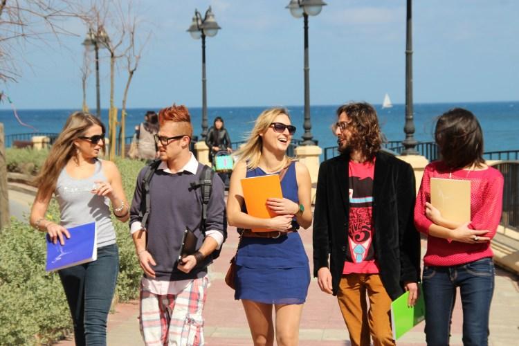 Groupes de jeunes étudiants le long de la mer, en séjour linguistique à Malte