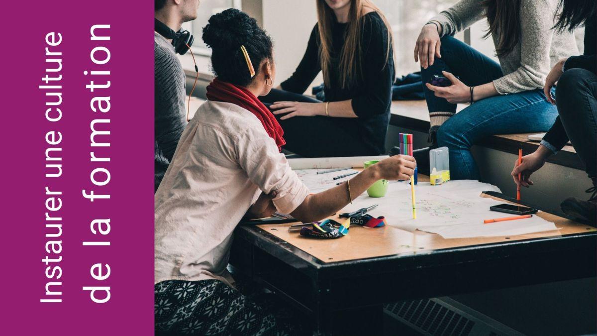 Collaboration : Jeunes hommes et femmes qui apprennent ensemble