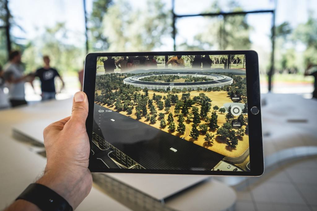 AR en formation : braquez votre iPad vers la maquette pour obtenir les informations sur ses différentes parties