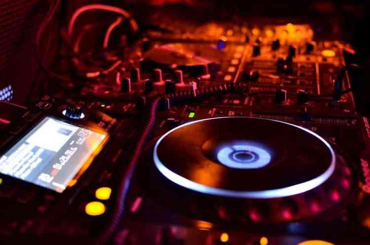 formation dj table de mixage platines défi