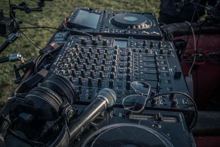 Radio Show DJ table mixage platines