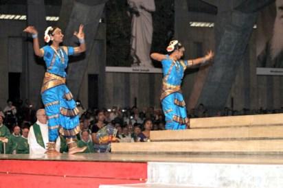 Danzas esotéricas hinduístas en el mismo altar en el cual celebran los lefebvrianos cada año.