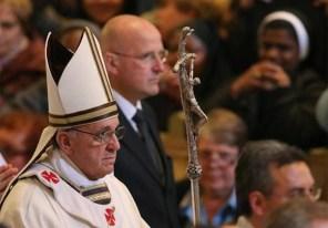 Adopta Bergoglio la cruz satánica justamente para usurpar el episcopado romano en San Juan de Letrán.