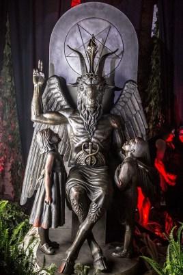entramos-en-la-inauguracion-de-la-estatua-del-demonio-en-el-templo-satanico-de-detroit-666-body-