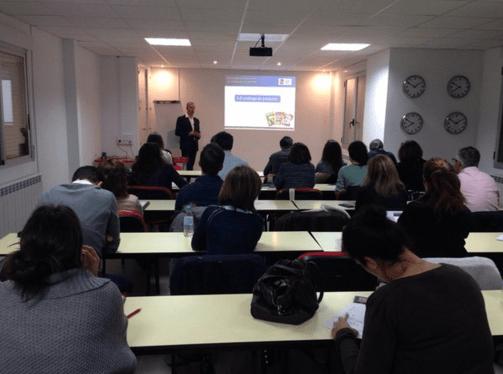Juan del Real impartiendo clase sobre Reglas de Usabilidad en el MDEC