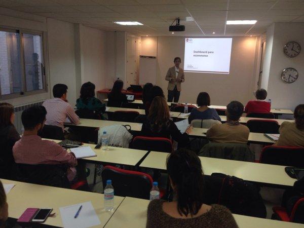 Luis Beltrán impartiendo sesión sobre Dashboard para eCommerce en la 7ª Edición del Máster en Dirección eCommerce