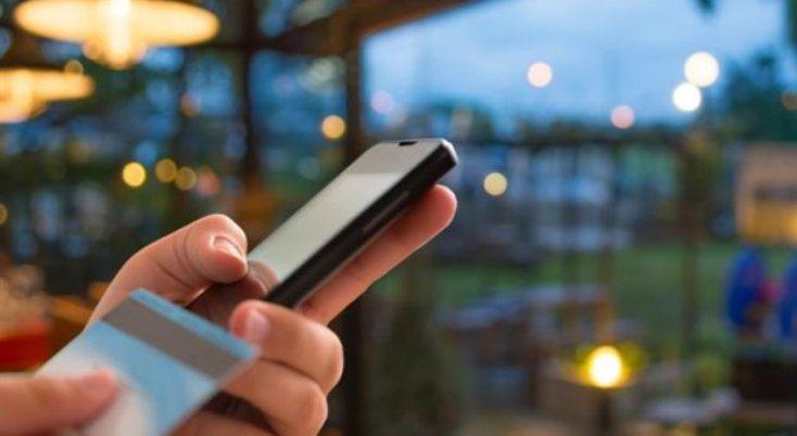 Πώς μπορείτε να στείλετε χρήματα σε επαφή του κινητού σας χωρίς IBAN