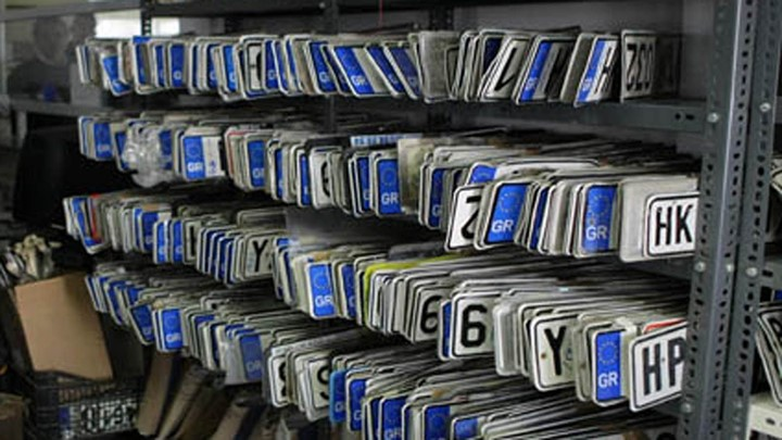 ΑΑΔΕ: Οι πινακίδες κυκλοφορίας όσων τις έχουν καταθέσει πάνω από 18 μήνες, καταστρέφονται!