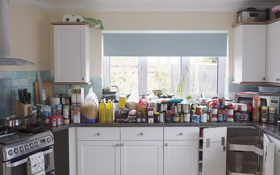 Στην Βρετανία αρχίζουν να γεμίζουν με τρόφιμα τα ντουλάπια τους!