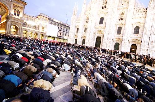 Resultado de imagen de musulmanes rezando en milan
