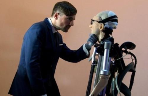 hombre bionico con organos
