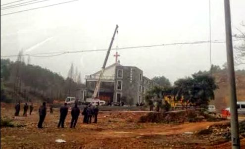 https://i1.wp.com/forosdelavirgen.org/wp-content/uploads/2014/03/autoridades-chinas-quitando-una-criz-de-una-iglesia.jpg