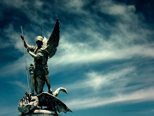 San Miguel Arcangel mata a la serpiente