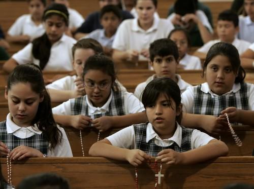 escolares rezando el rosario fondo