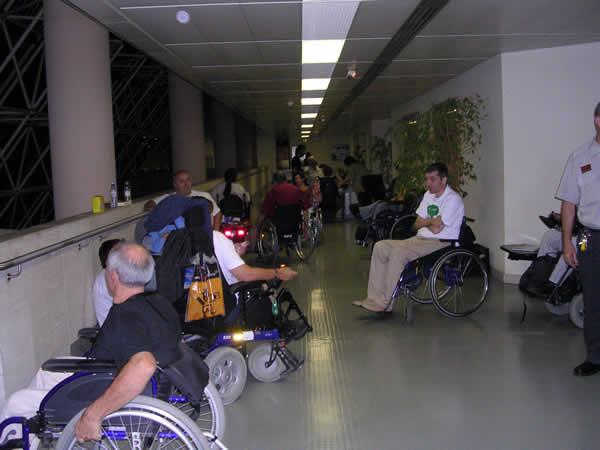 Miembros del Foro de Vida Independiente preparándose a dormir en los pasillos del IMSERSO