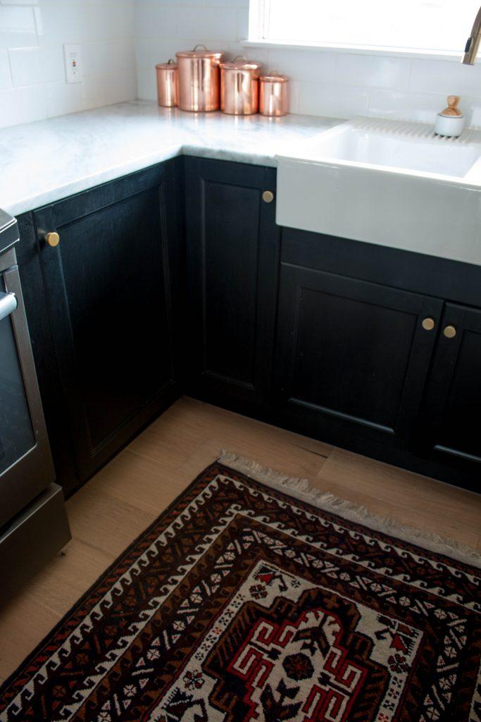 kitchen remodel with rug and hardwood floors // via fortheindoorsy.com