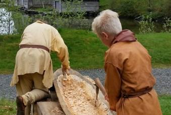 Uthuling av stokkebåt / Making a log boat