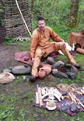 Stein forteller om leirliv i steinalderen / Stein surrounded by Stone Age camp equipment