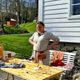 Mariann fra Danmark tovet ull med barna / Felting with the children visiting the event