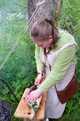 Elisabeth skjærer opp lammelår / Elisabeth is cutting meat for supper