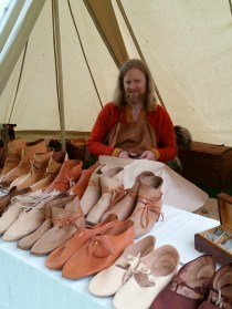 Skomakeren demonstrerte selvsagt håndverket sitt / The shoemaker demonstrated his craft