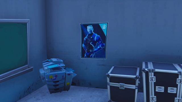 豪邸の地下1階にあるカーバイドポスター