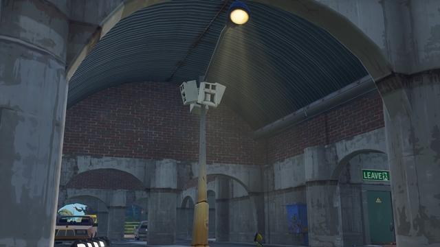 トマト・テンプルの南、トンネル内にあるスピーカー付きの街灯
