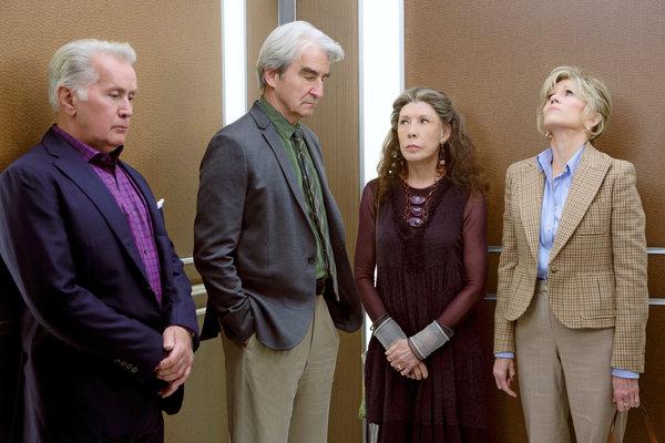 """Stuck in the Middle With You"": Robert, Sol, Frankie und Grace im feststeckenden Fahrstuhl; Foto: Netflix"