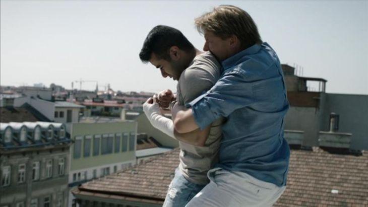 Lukas geht aufs Ganze - und rettet Said damit das Leben. Quelle: CopStories DVD, Gebhardt Productions